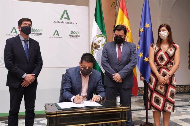 Francisco Oblaré, diputado provincial de Fomento y Obras de Málaga , firma el PFEA 2021