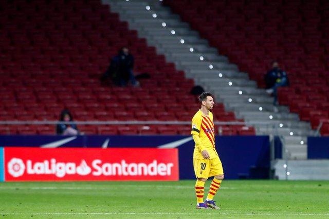 Archivo - Lionel (Leo) Messi of FC Barcelona looks on during the spanish league, La Liga Santander, football match played between Atletico de Madrid and FC Barcelona at Wanda Metropolitano stadium on November 21, 2020, in Madrid, Spain.