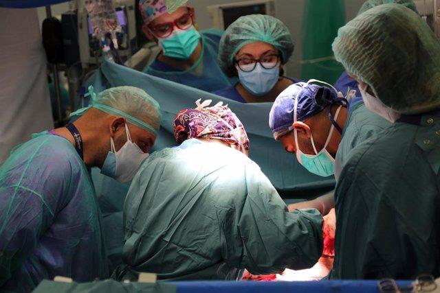 Imatge de la intervenció en una sala d'operacions de l'Hospital Vall d'Hebron