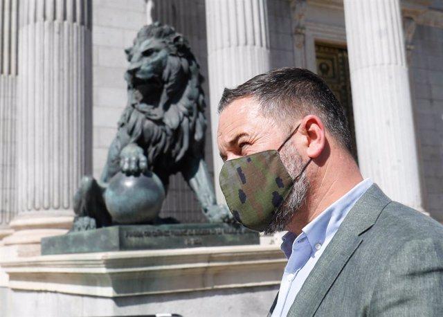 El presidente de Vox, Santiago Abascal, frente al Congreso de los Diputados, a 14 de julio de 2021, en Madrid (España). Vox valora la tarde de este miércoles la sentencia del Tribunal Constitucional (TC) que ha declarado inconstitucional el primer estado