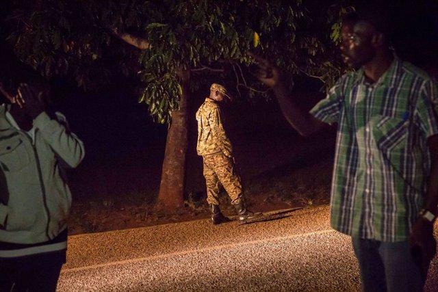 Archivo - Un soldado en Uganda