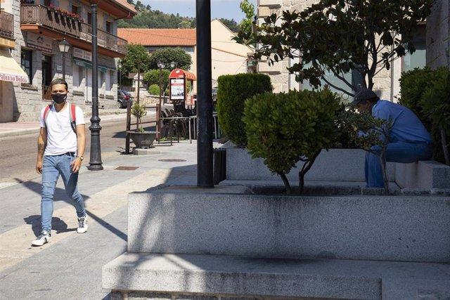 Un hombre pasea con mascarilla, por una calle del municipio de Becerril de la Sierra, a 26 de junio de 2021, en Madrid (España).