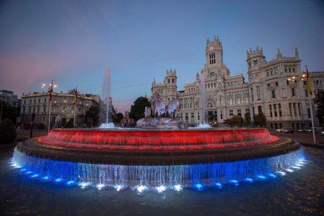 La fuente de Cibeles iluminada con los colores de la bandera cubana