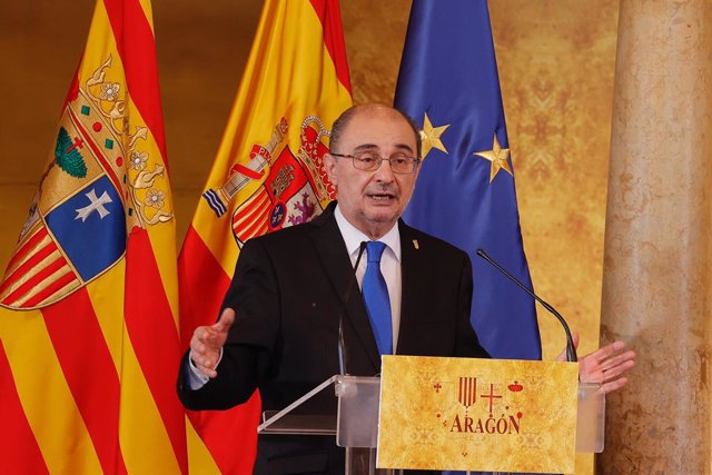 Archivo - El presidente del Gobierno de Aragón, Javier Lambán interviene durante el acto oficial de celebración del Día de Aragón, en el Palacio de la Aljafería, a 23 de abril de 2021, en Zaragoza, Aragón (España). El Palacio de la Aljafería acoge este vi