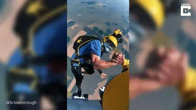 Dos paracaidistas logran entrelazar sus manos en pleno vuelo mientras practican skysurfing