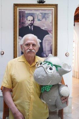 El dibujante argentino M. Angel Practicó dona la mascota Plateriyo a la casa-museo de Juan Ramón Jiménez.