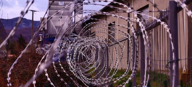 Archivo - Barrera alhambrada alrededor de una prisión