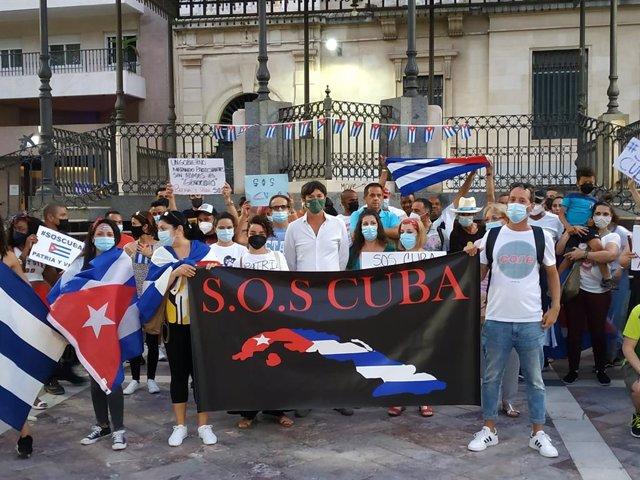 El concejal de Vox en el Ayuntamiento de Huelva Wenceslao Font, en una movilizaciones de apoyo al pueblo cubano.