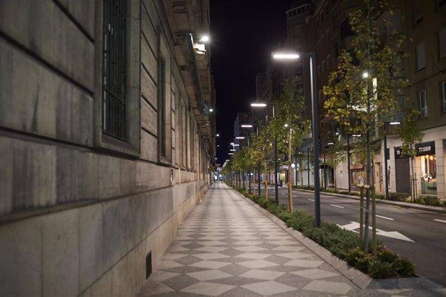 Archivo - Calle Isabel II minutos antes de la segunda noche de toque de queda, en Santander,  26 de octubre de 2020.- Archivo