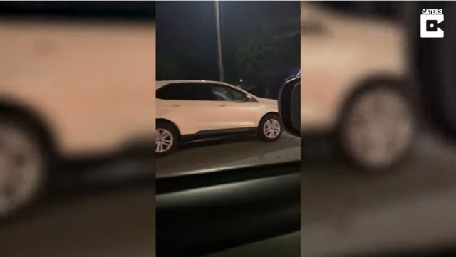Capturan en vídeo el momento en que un coche se pone a dar marcha atrás en el carril contrario de una carretera