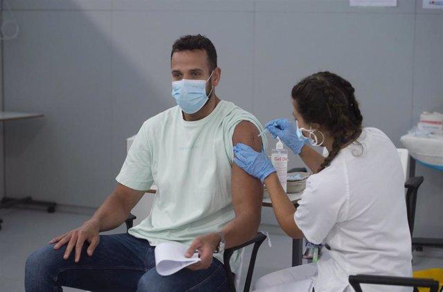 Un joven recibe la primera dosis de la vacuna Pfizer en el Hospital Zendal el día que comienza la vacunación a jóvenes madrileños a partir de 16 años, a 13 de julio de 2021, en Madrid (España).