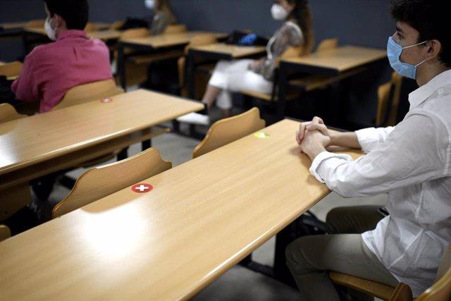 Archivo - Alumnos mantienen la distancia de seguridad a la hora de sentarse en clase en la Facultad de Humanidades y Ciencia de la Comunicación de la Universidad privada CEU San Pablo durante el primer día del curso 2020-2021, en Madrid (España), a 14 de