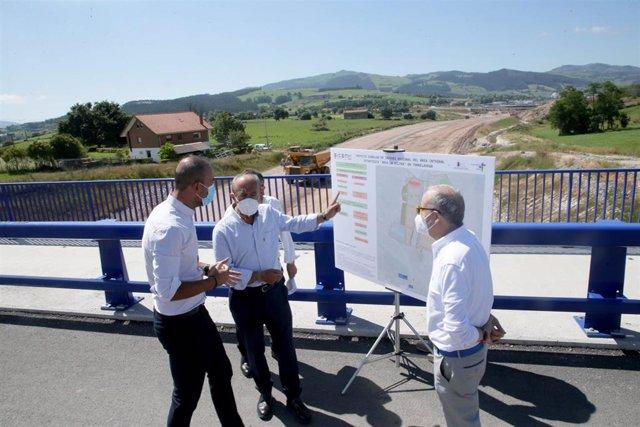 El consejero de Industria, Javier López Marcano; el alcalde de Torrelavega, Javier López Estrada, y el director de SICAN, Antonio Bocanegra, visita los terrenos del futuro polígono industrial de La Hilera.