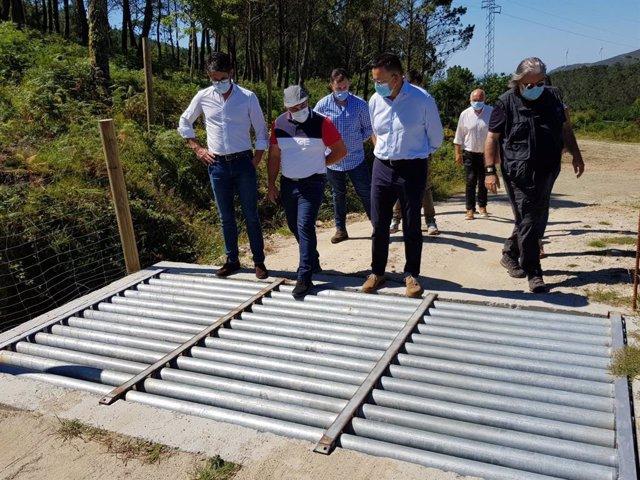 El conselleiro do Medio Rural, José González, y la directora de Agader, Inés Santé, visitan pastos en Porto do Son.