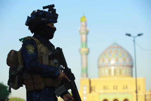 Archivo - Un miembro de la Policía de Irak en Bagdad