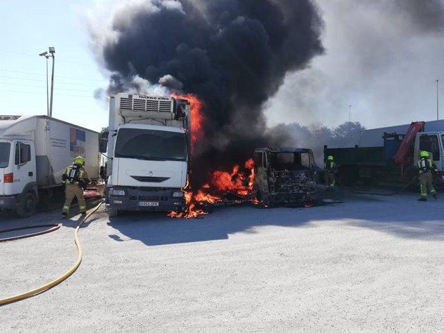 Incendio de dos camiones frente a Mercalicante