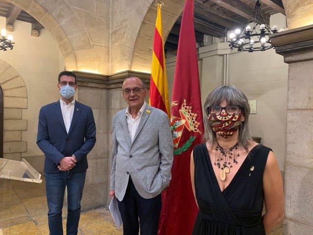 L'alcalde de Lleida, Miquel Pueyo, al centre, al costat del tinent d'alcalde Toni Postius (Junts) i la tinent d'alcalde Sandra Castro (ERC)