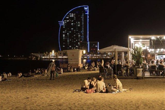 La platja de Barcelona comença a omplir-se hores abans del toc de queda