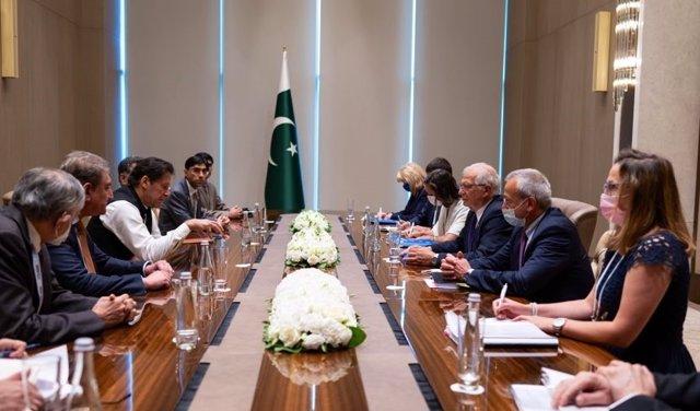El Alto Representante de la UE para Política Exterior, Josep Borrell, y el primer ministro de Pakistán, Imran Jan.