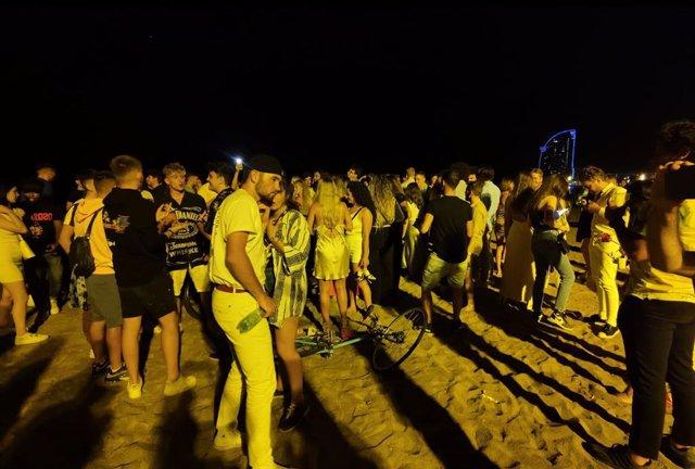 La platja de la Barceloneta registra aglomeracions una vegada començat el toc de queda a Catalunya