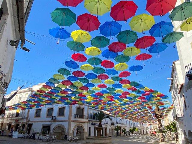 Archivo - Malpartida de Cáceres instala un año más sus paraguas de colores en la Plaza Mayor y su entorno para afrontar el calor