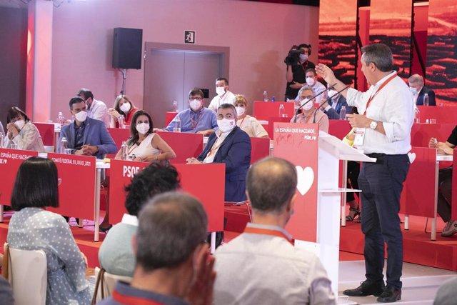 El candidato del PSOE-A a la Junta, Juan Espadas, interviene en el Comité Federal del PSOE ante el secretario general, Pedro Sánchez, el pasado 3 de julio de 2021 (Foto de archivo).