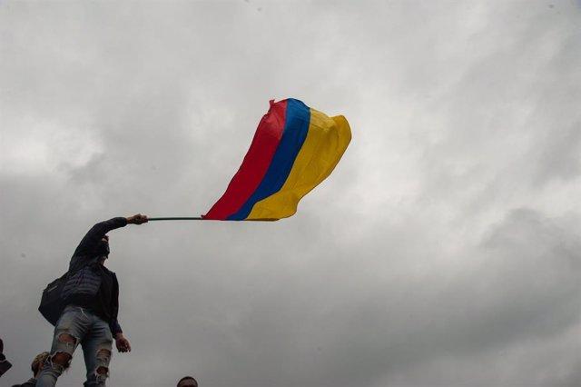 Archivo - Un joven ondea la bandera de Colombia durante las últimas movilizaciones y protestas contra el Gobierno de Iván Duque.