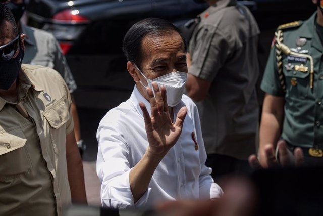 Archivo - 16 March 2021, Indonesia, Bali: Indonesian president Joko Widodo (C) greets the people during his visit to a vaccination center on the first day of the COVID-19 mass vaccination campaign. Photo: Dicky Bisinglasi/ZUMA Wire/dpa