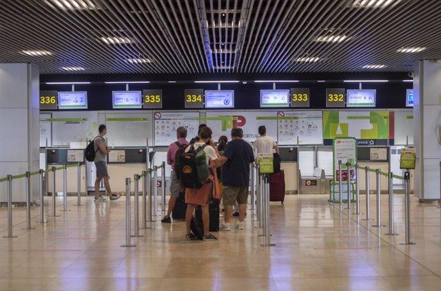 """Aeropuerto Adolfo-Suárez Madrid Barajas, a 9 de julio de 2021, en Madrid, (España). Las autoridades sanitarias de Alemania han declarado este viernes a España, incluidas las islas Baleares y Canarias, zonas de riesgo """"simple"""" por la Covid-19, debido al in"""