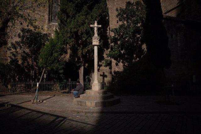 Archivo - Arxivo - Una persona menja en l'exterior de les instal·lacions de l'Hospital de campanya instal·lat en la parròquia de Santa Anna, a Barcelona, Catalunya, (Espanya), a 14 de novembre de 2020.