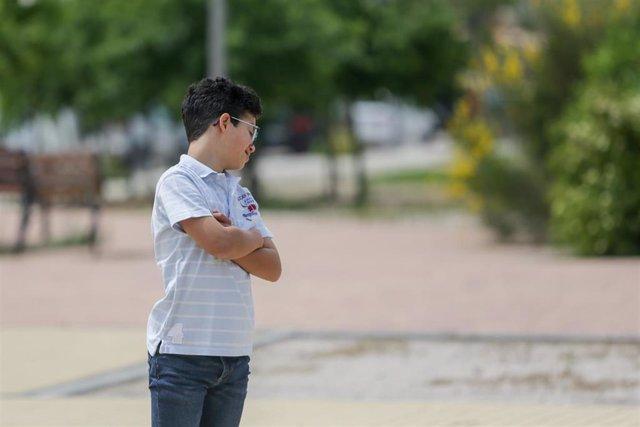 Archivo - Un menor con Síndrome de Down cruzado de brazos.