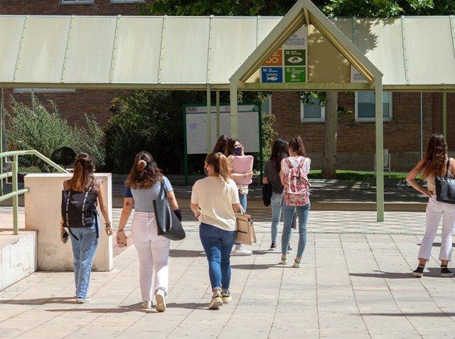 Archivo - Alumnado de la UJA en el campus