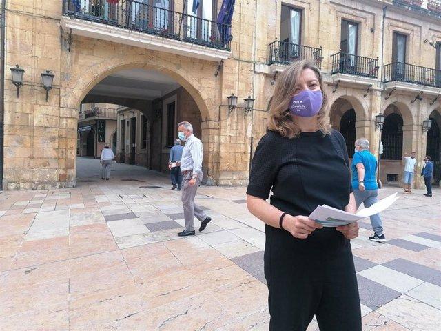 Archivo - La portavoz de Somos, Ana Taboada, en la plaza del Ayuntamiento.