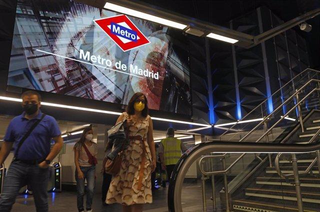 Varias personas en la estación de metro de Gran Vía el día de su reapertura después de casi tres años fuera de servicio.