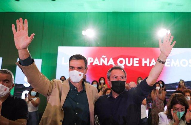 El secretario general del PSOE y presidente del Gobierno, Pedro Sánchez, junto al alcalde de Sevilla y candidato socialista a la Presidencia de la Junta de Andalucía, Juan Espadas, Juan Espadas