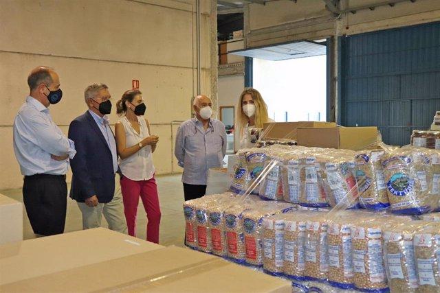 Archivo - La delegada de la Junta de Andalucía en Cádiz, Ana Mestre, visita las instalaciones del Banco de Alimentos