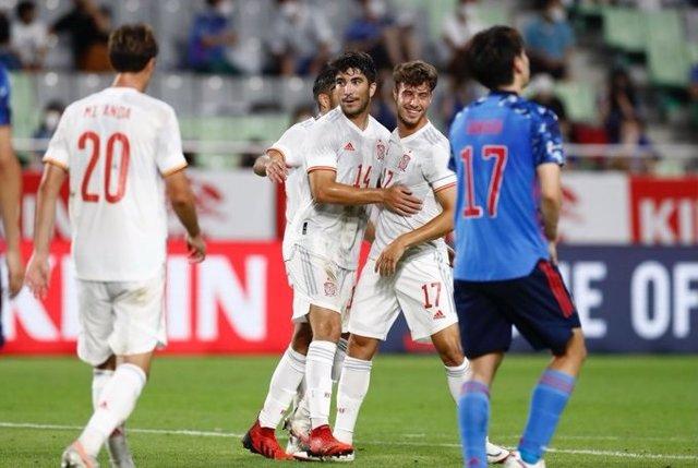 Carlos Soler celebra su gol con la selección española olímpica ante Japón