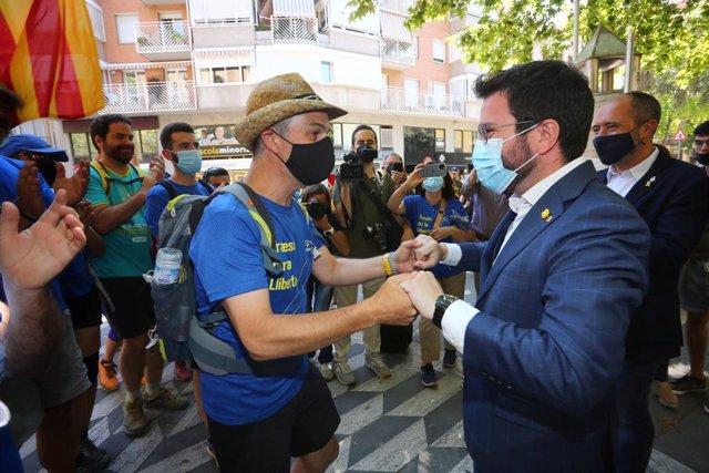 """El president del Govern, Pere Aragonès, rep a l'exconseller Jordi Turull a Manresa (Barcelona) durant la seva """"travessia per la llibertat"""", el 17 de juliol de 2021."""