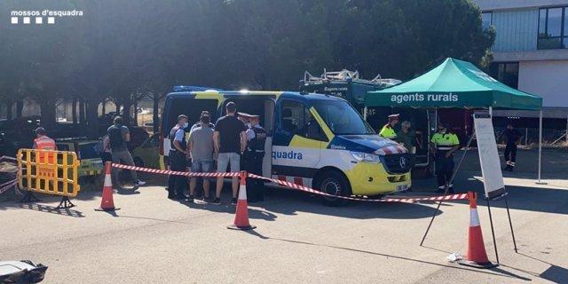 Agents de la unitat científica dels Mossos d'Esquadra analitzen l'ADN del cigarret sospitós de l'incendi de Llançà (Girona), el 17 de juliol de 2021.