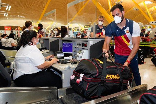 Saúl Craviotto facturando su equipaje para Tokio