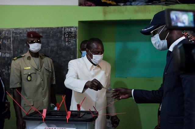 Archivo - El presidente, Alpha Condé, vota en las presidenciales en Guinea