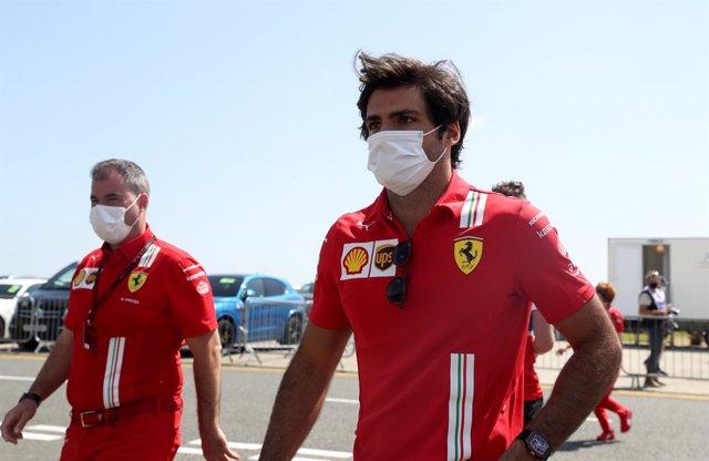 16 July 2021, United Kingdom, Silverstone: Spanish F1 driver Carlos Sainz Jr. of Scuderia Ferrari arrives for the practice of the Grand Prix of Britain Formula One race at the Silverstone Circuit. Photo: Bradley Collyer/PA Wire/dpa