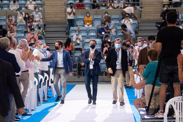 (I-D) El presidente del PP, Pablo Casado; el presidente de la Xunta y del Partido Popular en Galicia, Alberto Núñez Feijoo, y el expresidente del Gobierno Mariano Rajoy, en el 17 Congreso del PP de Galicia.