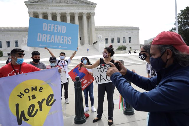 Archivo - Manifestación en favor del plan DACA en junio de 2020 en Washington