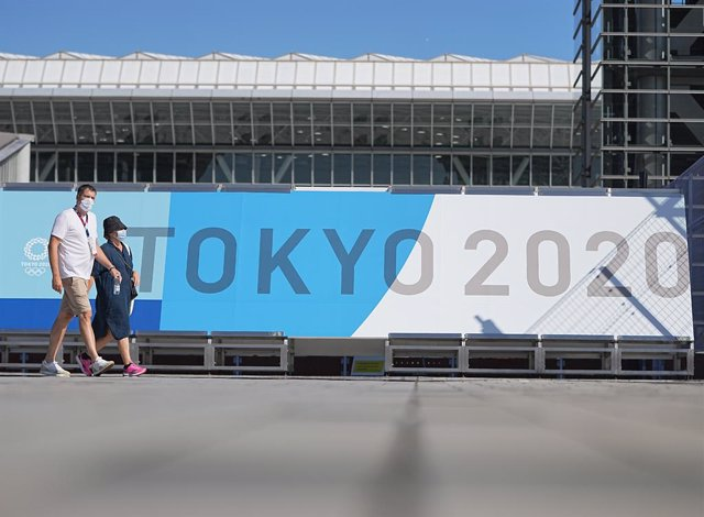 """17 July 2021, Japan, Tokyo: Pedestrians walk past the """"Main-Press-Center"""" (MPC) at the Tokyo Big Sight ahead of the Tokyo 2020 Olympic Games, set to place place between 23 July until 08 August 2021. Photo: Michael Kappeler/dpa"""