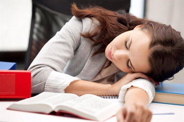 Archivo - Exámenes, sueño, dormir