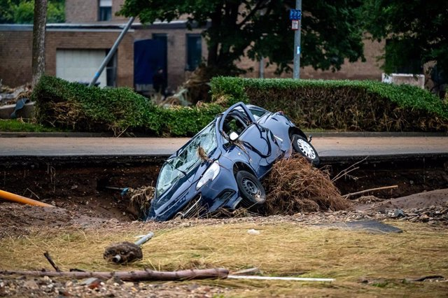 17 July 2021, North Rhine-Westphalia, Euskirchen-Roitzheim: A destroyed car stands in a flooded street after heavy downpours engulfed parts of western Germany. Photo: Markus Klümper/Sauerlandreporter/dpa