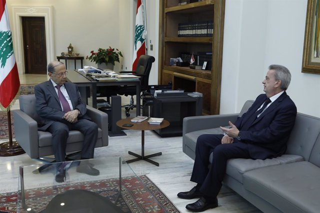 Archivo - HANDOUT - 28 May 2020, Lebanon, Baabda: Lebanese President Michel Aoun (L) meets with Governor of Lebanon's central bank Riad Salameh at the Presidential Palace. Photo: -/Dalati & Nohra/dpa - ATTENTION: editorial use only and only if the credit