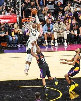 Milwaukee Bucks vence en Phoenix y se queda a un triunfo del título de la NBA