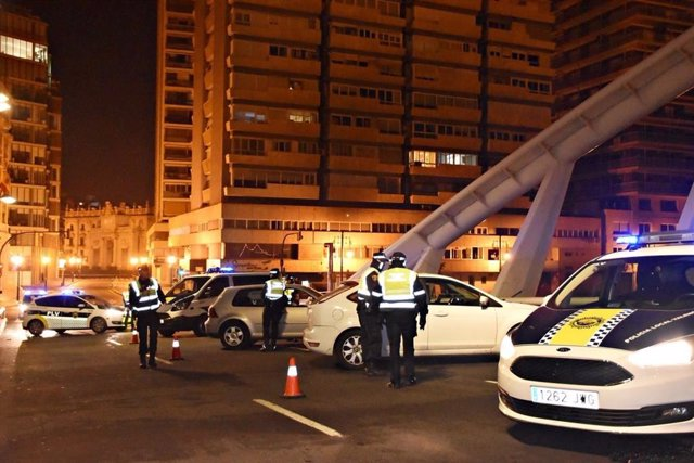 Archivo - Control de la Policía Local de València en imagen de archivo